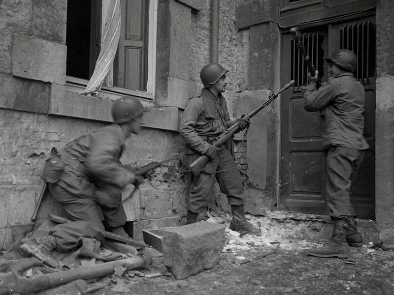 3 American soldiers of the 117th Infantry Regiment in Stavelot