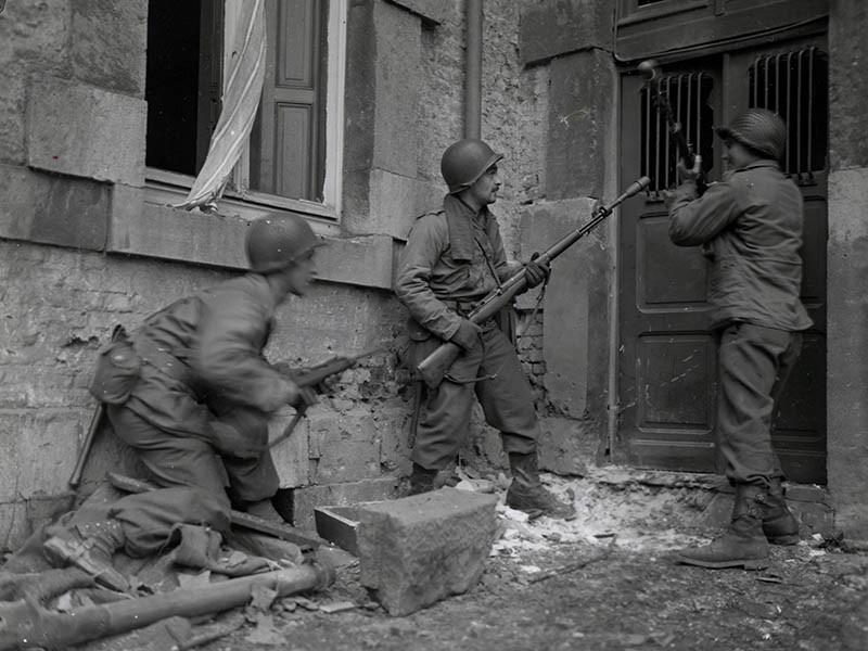 3 soldats américains du 117e régiment d'infanterie à Stavelot