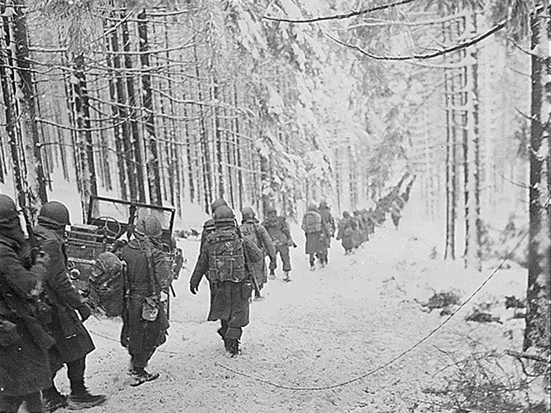 Soldats américains du 289e régiment d'infanterie en route vers Houffalize