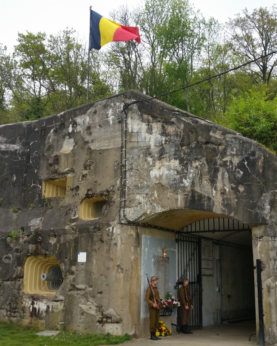 fee-entrance-with-waving-flag-162010